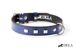 collare blu in pelle con borchie