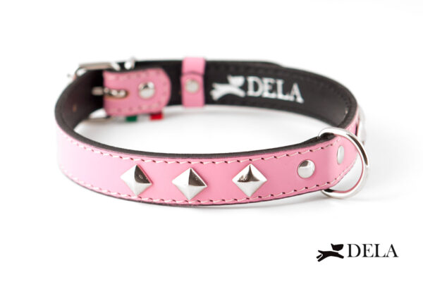 collare in vera pelle rosa con borchie in metallo